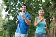 Förtjusta sportive par som tycker om deras sportaktiviteter fotografering för bildbyråer