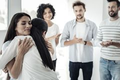 Förtjusta unga kvinnor som kramar sig Royaltyfria Foton