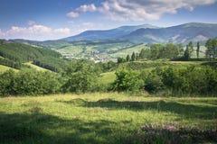 Förträfflig synvinkel av härlig naturlig landskapanong bergen Arkivbilder