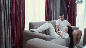 Förtroende för affektion för omfamning för förälskelse för familjfritidpar lager videofilmer