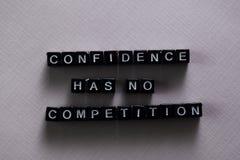 Förtroende har ingen konkurrens på träkvarter Motivation- och inspirationbegrepp arkivfoton