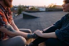 Förtroendefulla förhållanden Romantiskt datum på taket royaltyfri foto