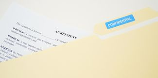 Förtrolig laglig överenskommelse i mapp Arkivbild