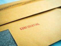 Förtroligt som skrivs ut på brunt tappningkuvert, i makro Royaltyfri Fotografi