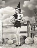 Förtrollande kvinna som bär sned pumpor Arkivbilder