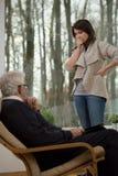 Förtvivlankvinna som talar med terapeuten Royaltyfria Foton