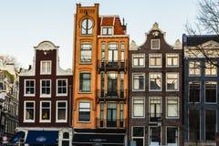 Förutom de färgrika tunna byggnaderna i Amsterdam under dagen Royaltyfria Foton