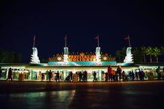Förutom ingång och utgång av Kalifornien Disney nöjesfält på natten med den lokala folk och handelsresanden på Anaheim Los Angele royaltyfri fotografi