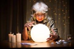Förutsäga framtid från kristallkula Arkivfoto