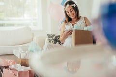 Förvänta moderöppningsgåvor som mottas på baby shower Royaltyfria Foton
