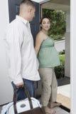 Förväntansfulla par som hem går ut Fotografering för Bildbyråer