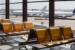 förväntansfulla passagerare för flygplats Royaltyfria Foton