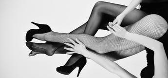 Förväxlande läge ben av sexiga kvinnor i trendig strumpbyxor och skor Arkivbild
