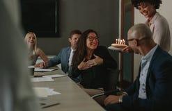 Förvåna födelsedagberöm av en bundsförvant under möte royaltyfri foto