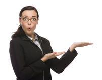 Förvånad affärskvinna Gesturing för blandat lopp med handen till si Arkivfoto