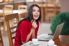 Förvånad affärskvinna som direktanslutet shoppar Royaltyfri Foto