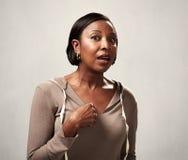 Förvånad afrikansk amerikankvinnastående Arkivbild