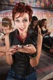 Förvånad dam med telefonen Arkivfoto