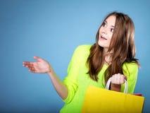 Förvånad flicka med den pappers- shoppingpåsen. Försäljningar. Royaltyfria Foton