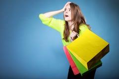 Förvånad flicka med den pappers- shoppingpåsen. Försäljningar. Arkivfoton