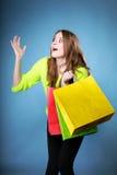 Förvånad flicka med den pappers- shoppingpåsen. Försäljningar. Royaltyfri Bild