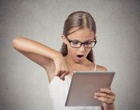 Förvånad flicka med exponeringsglas genom att använda blockdatoren arkivfoto