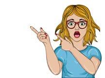 Förvånad flicka med exponeringsglas slåget Kvinna i chockpunktfinger Arkivbilder
