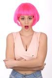 Förvånad flicka med rosa hår close upp Vit bakgrund Royaltyfri Bild