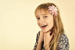 förvånad flicka Stilfull flicka med den nätta framsidan som isoleras på vit bakgrund Stilfull flicka med blont hår Fotografering för Bildbyråer