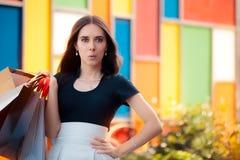 Förvånad flickashopping på stor sommar Sale arkivfoto