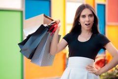 Förvånad flickashopping på stor sommar Sale royaltyfri fotografi