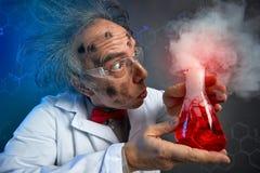 Förvånad forskare med explosivt experiment royaltyfri bild
