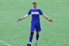 Förvånad fotbollsspelare på fältet fotografering för bildbyråer