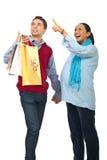 förvånad gravid shopping för par Arkivbild