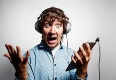 Förvånad hipster Closeupståenden ropar mannen arkivfoton