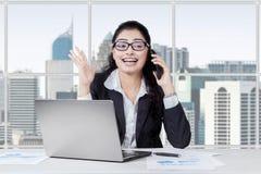 Förvånad indisk chef som lyssnar en telefon Fotografering för Bildbyråer