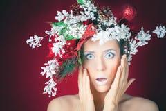 Förvånad jul övervintrar kvinnan med trädfrisyren och makeup Royaltyfria Foton