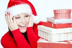 Förvånad julkvinna med gåvor Arkivbilder