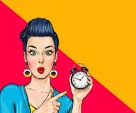 Förvånad komisk kvinna med klockan Fotografering för Bildbyråer