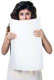 Förvånad kvinna bak pappers- vit Arkivfoton