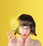 förvånad kvinna för idélightbulb arkivfoto