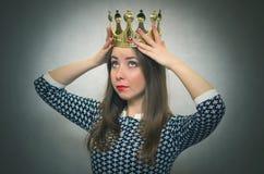 Förvånad kvinna med den guld- kronan Först ställebegrepp royaltyfria foton