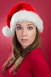 Förvånad kvinna med den santa hatten Royaltyfri Fotografi