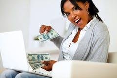 Förvånad kvinna med dollar som ser till dig fotografering för bildbyråer