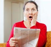 Förvånad kvinna med tidningen royaltyfri fotografi