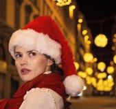 Förvånad kvinna på jul i Florence, Italien som åt sidan ser Royaltyfri Fotografi