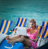 Förvånad kvinna som ser bärbar datorskärmen Royaltyfri Foto