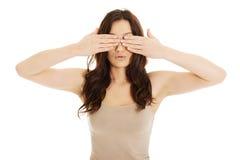 Förvånad kvinna som täcker henne ögon Royaltyfri Bild