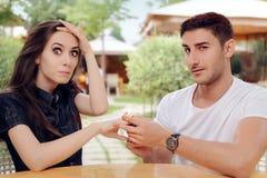 Förvånad kvinnahäleriförlovningsring från man Arkivfoto