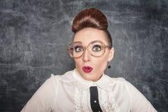 Förvånad lärare med glasögon Royaltyfri Foto
